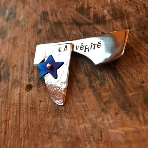 Brooch - BR02 - Silver and blue titanium 'La Vérité' ( the truth ) brooch